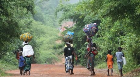 Des déplacés retournant dans leur village, près de la frontière Liberia-Côte d'Ivoire, juin 2012 © REUTERS/Luc Gnago