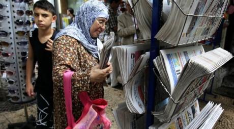 Une dame âgée achète le journal en Algérie, le 7 octobre 2010. Zohra Bensemra / Reuters