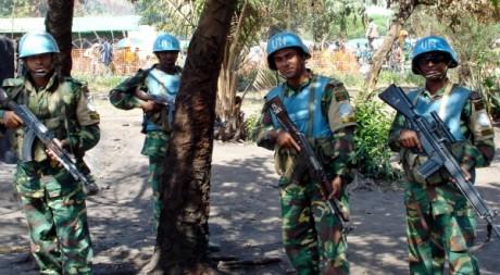 Des soldats de la Monuc (mission qui a précédé la Monusco en RDC), le 25 février 2005 à Kafe (Est du pays). REUTERS/Handout