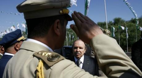 Salut d'un militaire devant le président algérien Abdelaziz Bouteflika le 27 juillet 2008.  le Reuters/Zohra Bensemra