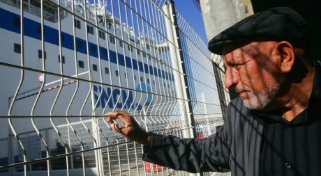 Un homme attend d'embarquer à Marseille le 21 septembre 2005. Reuters/STR New