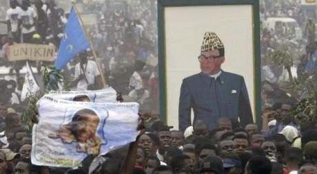 Des sympathisants arborant une effigie de l'ex-président Mobutu, Kinshasa, 2006. © Luc Gnago/Reuters