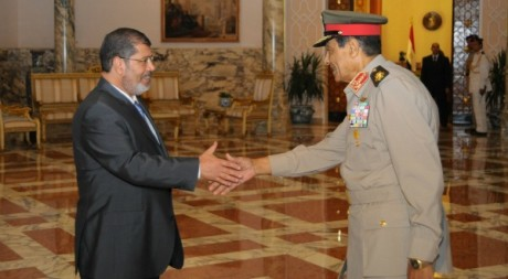 Rencontre entre le président islamiste Mohammed Morsi et le chef des armées Tantaoui le 1er juillet 2012. Reuters/ Handout