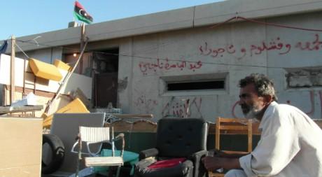 Moustapha buvant le thé devant chez lui, caserne de Bab al-Azizia © Mathieu Galtier, tous droits réservés