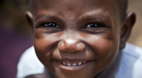 Petit réfugié ivoirien souriant au photographe, Zwedru, Libéria, 06/04/2011, REUTERS/Handout