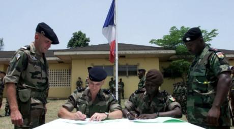 La France signant un accord avec la Cédéao à Bondoukou, Côte d'Ivoire,15 mars 2003, REUTERS/Stringer