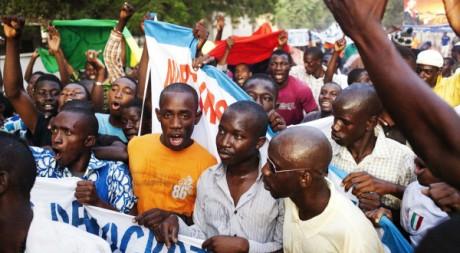Jeunes Maliens soutenant les putschistes à Bamako, 26/03/2012, REUTERS/Stringer