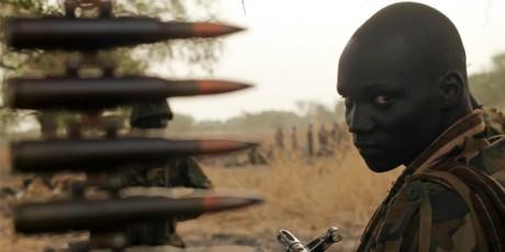 Un soldat sud-soudanais à Panakuach, 24/04/2012. REUTERS/Goran Tomasevic