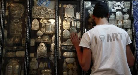 Un jeune juif en pleine prière lors du pèlerinage à la synagogue de Grhiba en Tunisie. © REUTERS/Anis Mili