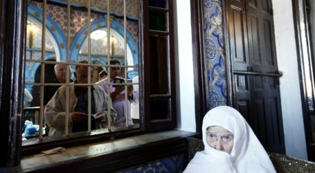 Une pratiquante juive tunisienne coutant la lecture de la Torah.  REUTERS/Anis Mili