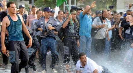 Manifestation d'auxiliaires de police algériens le 9 juillet 2012. AFP/FAROUK BATICHE