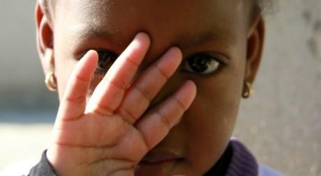Portrait d'une petite fille qui cache son visage. Lotfi Ghariani