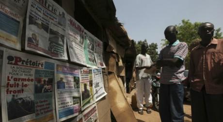 Des Maliens parcourent la presse quotidienne à Bamako, 02/04/2012, REUTERS/Luc Gnago