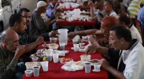Repas collectif au Caire le 2 août 2011. Reuters/Asmaa Waguih