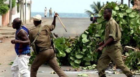 Un policier frappe un manisfestant présumé durant les émeutes de Lomé en 2005, 26/04/2005, REUTERS/Finbarr O'Reilly