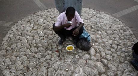 Un migrant africain reçoit de la nourriture à Tel Aviv le 19 juin 2012. Reuters/ Baz Ratner