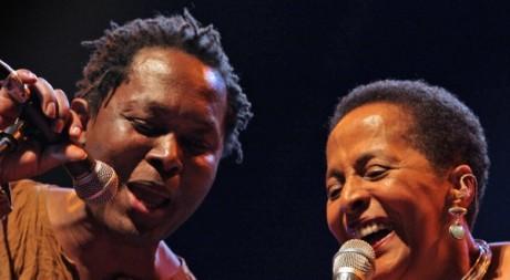 A gauche le chanteur Lokua Kanza lors d'un concert au Pérou le 29 août 2006. AFP/ JAIME RAZURI