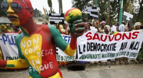 Manifestation à Bamako contre le coup d'Etat, 27/03/2012, REUTERS/Thierry Gouegnon