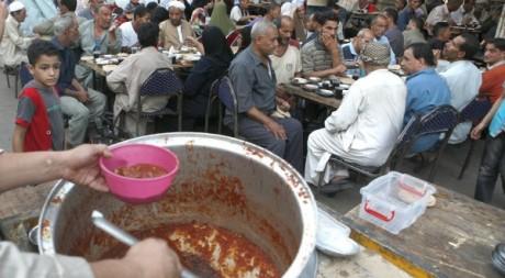 Scène de rupture du jeûne au Caire le 22 juillet.Reuters/ Asmaa Waguih
