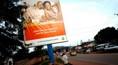 Affiche de sensibilisation à la lutte contre le sida, Ouganda, mai 2011. © MARC HOFER / AFP