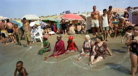 Plage à Alger en août 2000. Les températures dépassaient les 40°C.  AFP