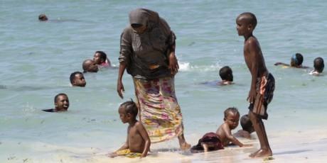 Une femme et ses enfants sur la plage Lido, en Somalie, 23 mars 2012, REUTERS/Feisal Omar