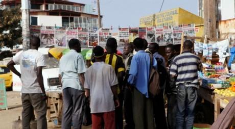 Des lecteurs devant un kiosque à journaux à Dakar. REUTERS/Youssef Boudlal
