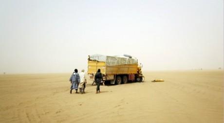 Des miliciens du groupe islamiste Ansar Dine, dans le désert du Nord-Mali. REUTERS/Stringer