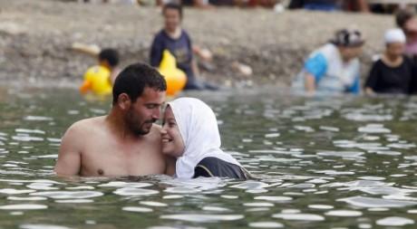 Un couple se baigne non loin d'Alger sur les plages de Tipaza le 3 août 2012. Reuters/Louafi Larbi