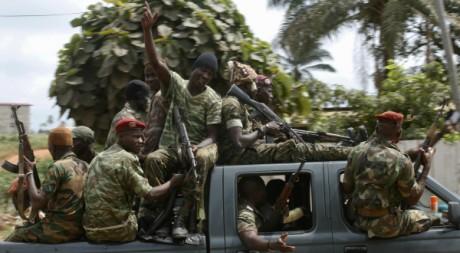 Des soldats patrouillent à Abidjan après l'attaque du camp militaire d'Akouedo, Abidjan,06 août 2012, REUTERS/Thierry Gouegnon