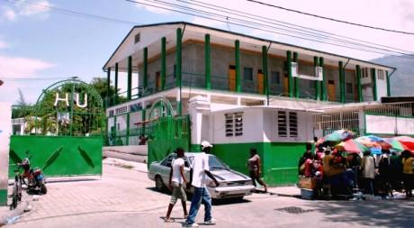 L'entrée principale de l'Hôpital de l'université d'Etat d'Haïti © Gaspard Dorélien/Fotomatik Haiti