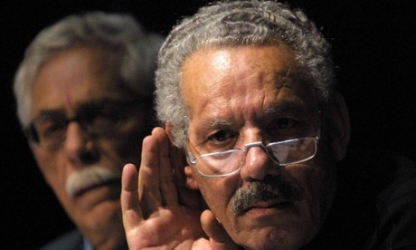 Le général Khaled Nezzar présente ses mémoires le 25 avril 2001. AFP/THOMAS COEX