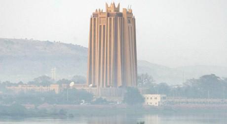 La Banque Centrale des Etats de l'Afrique de l'ouest vue du fleuve Niger, à Bamako, 28 janvier 2006, REUTERS/Juan Medina
