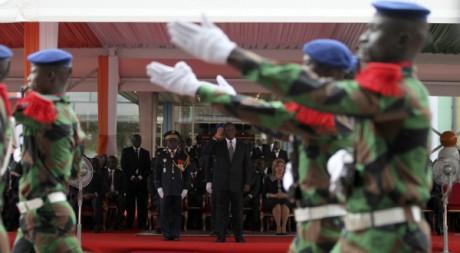 L'armée défile devant Alassane Ouattara  pour la fête de l'indépendance ivoirienne, Abidjan, 07 août 2012, REUTERS/Luc Gnago