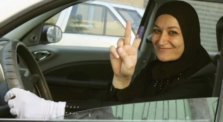 Une libyenne fête à Tripoli le 7 juillet 2012 les premières élections libres. REUTERS/Ismail Zetouni