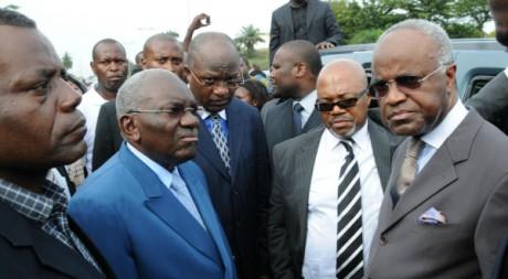 Andre Mba Obame (2ème à droite avec la cravate rayée) à Libreville, 4 mai 2011, AFP Photo/Wils Yanick Maniengui