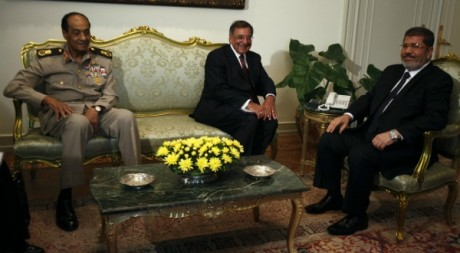 Léon Panetta, Mohammed Morsi et Mohammed Hussein Tantaoui au Caire, juillet 2012 © REUTERS