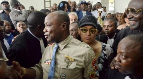 Koffi Olomide (au centre) et son épouse  Aliane Olomide quittent la cour après le verdict, 16 août 2012, AFP/JUNIOR KHANNA