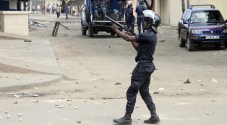 Un policier disperse des manifestants à Lomé, 21 août 2012, REUTERS/Stringer