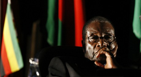 Robert Mugabe au sommet de la SADC  Johannesburg, 17 aot 2008, REUTERS/Mike Hutchings
