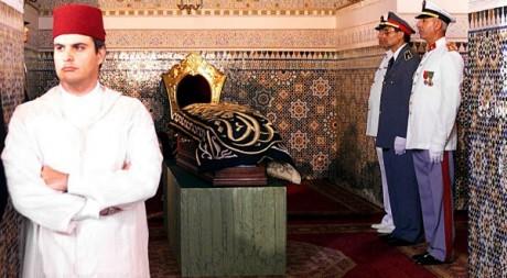 Le prince Hicham devant le cercueil du roi Hassan II, 25 juillet 1999, Rabat, AFP/MANOOCHER DEGHATI