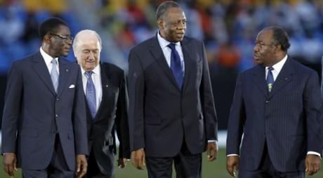 Le président de la CAF Issa Hayatou (centre) lors de la finale de la CAN 2012, le 12 février à Livbreville. REUTERS/Louafi Larbi