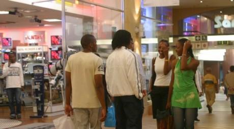 Des jeunes dans un centre commercial de Johannesburg © REUTERS/Stringer