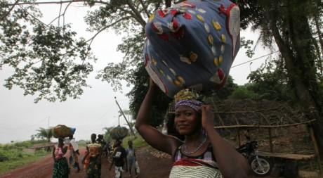 Des déplacés ivoiriens en direction du Liberia, juin 2012. REUTERS/Luc Gnago