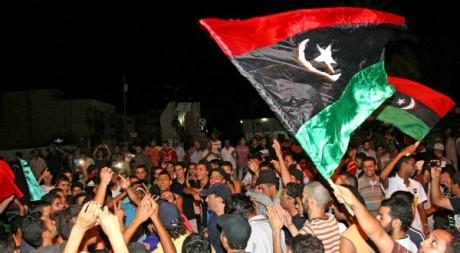 Des Libyens célébrant la prise de Tripoli, le 22 août 2011. ©MAHMUD TURKIA / AFP