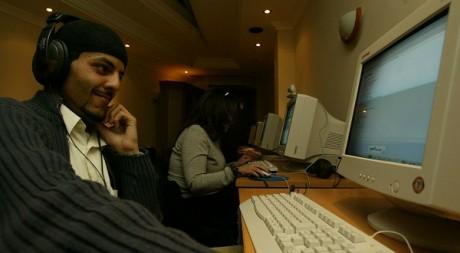 Des jeunes Algériens dans un cybercafé à Alger. ©REUTERS/Zohra Bensemra