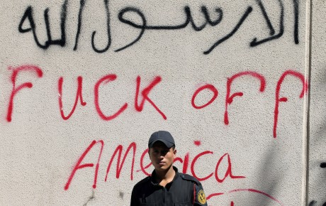 Un policier devant une ambassade américaine à Benghazi. Mohamed Abd El Ghany / Reuters