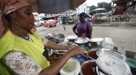 Une commerçante d'Abidjan: la rumeur naît partout. © REUTERS/Thierry Gouegnon