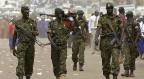 Des soldats centrafricains marchant dans les rues de Bangui,  décembre 2007. REUTERS/David Lewis
