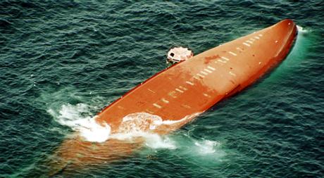Naufrage du ferry Le Joola, 26 septembre 2002 © REUTERS/Stringer